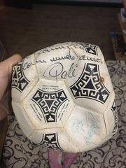 мяч с автграфом Пеле и еще нескольких спортсменов